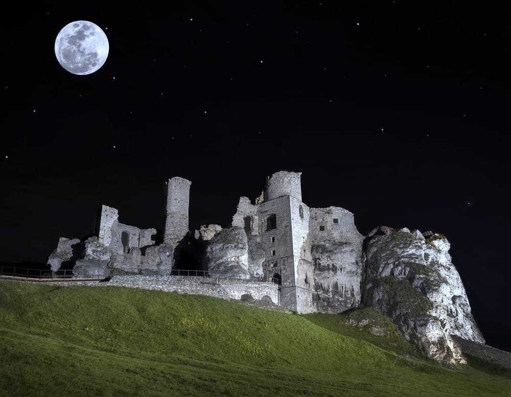 castle in Ogrodzieniec by night